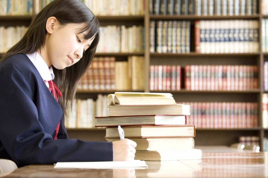 図書室の学生